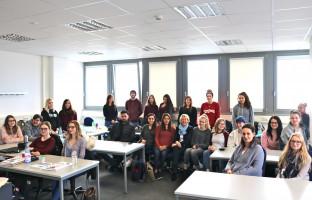 Die Schülerinnen und Schüler brachten im regen Austausch mit Martina Fehlner auch persönliche Erfahrungen ein.