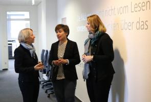Martina Fehlner im Gespräch mit Pädogogin Dr. Susanne Skowronek und Akademieleiterin Marion Alders