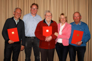 Willi Winicker, Franz Bals und Albert Schwenke wurden für 50 Jahre Parteizugehörigkeit ausgezeichnet. Die Ehrungen übernahmen MdL Martina Fehlner und der Ortsvereinsvorsitzende Gunther ter Bahne.