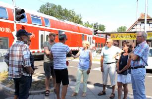 """Auch in Mainaschaff informierte sich Martina Fehlner bei Vertretern der Bürgerinitiative gegen Bahnlärm"""" über die angespannte Situation vor Ort"""