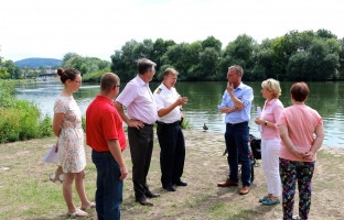 Zu einem gemeinsamen Vor-Ort-Termin am Aschaffenburger Mainufer trafen sich die Vertreter der SPD-Stadtratsfraktion mit Thomas Daniel, Leiter der Wasserschutzpolizei, und Dirk Kleinerüschkamp vom Stadtplanungsamt