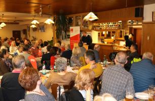 """Der Ortsvereinsvorsitzende Rafael Herbrik bei seiner Begrüßung - der Saal des """"Goldenen Engel"""" war bis auf den letzten Platz besetzt"""