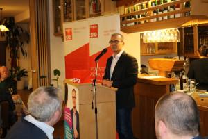 Özcan Pancarci, gemeinsamer Landratskandidat von SPD und Grünen, machte in seiner engagierten und emotionalen Rede deutlich, wie wichtig die anstehenden Kommunalwahlen für das Zusammenleben in unseren Gemeinden sind