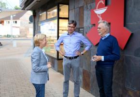 Martina Fehlner im regen Austausch mit BM-Kandidat Gordon Hadler und Horst Schneider, Ex-OB der Stadt Offenbach