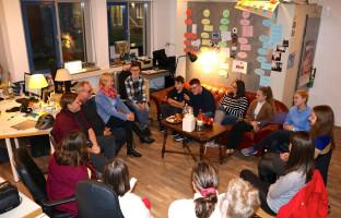 In der Redaktionsrunde werden gemeinsam alle aktuellen Themen, Beiträge und Sendungen besprochen