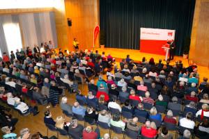 Fast 500 Gäste in der überfüllten Stadthalle Aschaffenburg