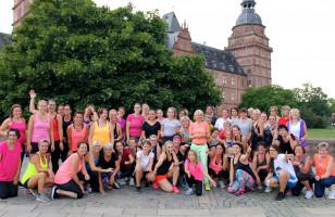 Auftakt des Zumba Open-Airs auf dem Aschaffenburgre Schlossplatz mit rund 100 Teilnehmerinnen