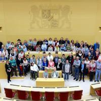 Martina Fehlner mit Besuchergruppe im Plenarsaal des Bayerischen Landtags