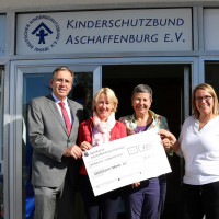 Spendenübergabe an den Kinderschutzbund